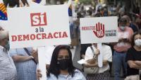 Simpatitzants de Ciutadans amb pancartes ahir en l'acte contra la concessió de l'indult als presos