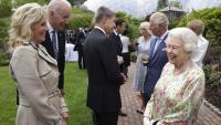 Elisabet II conversa amb el matrimoni Biden, amb altres mandataris internacionals, al fons, en la trobada del G-7
