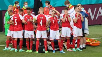 Els futbolistes de Dinamarca rodegen Eriksen en el moment en què els metges el reanimen