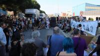 Manifestació davant el CIE de la Zona Franca perquè es permetin les visites de familiars i organitzacions d'ajuda als interns