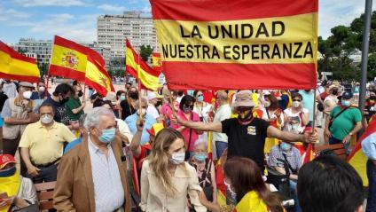 Mario Vargas Llosa i Cayetana Álvarez de Toledo, a la plaça de Colón a Madrid