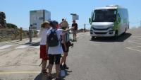 Algunes persones esperen el bus per anar al Cap de Creus aquest diumenge