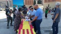 Una dona signa contra els indults en una parada del PP a Barcelona