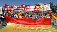 Pancartes i missatges durant la concentració a la plaça Colón de Madrid