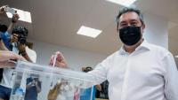 L'alcalde de Sevilla i guanyador de les primàries del PSOE-A, Juan Espadas , en el moment d'exercir el dret a vot, ahir, a Sevilla