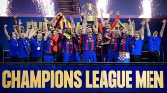 Raúl Entrerríos , el capità del Barça, aixeca el nou trofeu de campió d'Europa