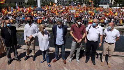 Rosa Díez i Andrés Trapiello ahir amb la plaça de Colón al fons, on es va cridar contra els indults als presos tot exigint que el rei no els firmi