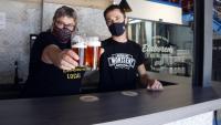 La vicepresidenta de GECAN, Judit Cartex, i un dels fundadors de Cervesa del Monseny Jordi Llebaria brindant amb cervesa a Sant Miquel de Balenyà (Osona) el juny del 2021