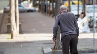 Un home gran passejant