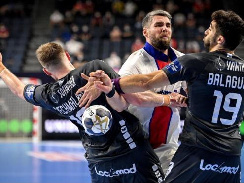 Pechmalbec i Balaguer intenten frenar l'avanç de Luka Karabatic en una acció del partit