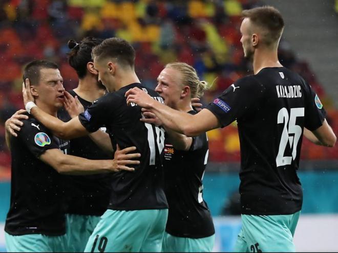 Lainer, felicitat pels seus companys després de marcar el primer gol del partit
