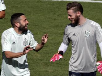 Jordi Alba fent broma amb De Gea en l'entrenament d'ahir de la selecció espanyola
