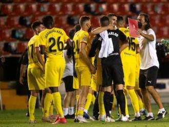 Els jugadors del Girona s'abracen al final del partit a Vallecas