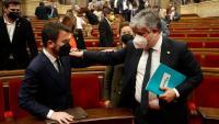 Foto d'arxiu del diputat de Junts, Albert Batet, conversant amb el candidat a la presidència per ERC, Pere Aragonès, durant una de les jornades del debat d'investidura