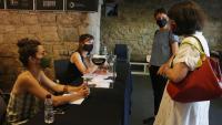 La nova presidenta de l'Acadèmia del Cinema Català quan ha anat a votar presencialment