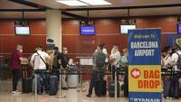 La T2 de l'aeroport de Barcelona, ahir al matí en plena activitat als mostradors de facturació