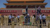 Policies xinesos fan guàrdia a la Ciutat Prohibida, al davant de la plaça de Tiananmen, a Pequín