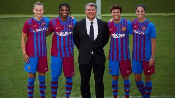 Graham Hansen, Ansu Fati, Riqui Puig i Marta Torrejón, amb les noves samarretes del Barça, i Joan Laporta al mig