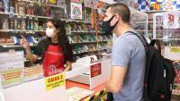 Una dependenta atén un client a la botiga 4x4 de Sabadell