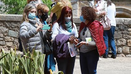 Gent amb mascareta a Girona durant el temps de flors