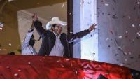 El candidat de l'esquerra Pedro Castillo saluda els seus seguidors des de la seu del seu partit a Lima
