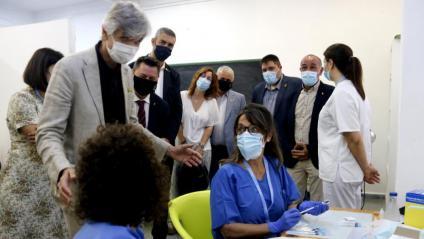 El conseller Argimon conversant amb dues infermeres que preparen vacunes a Alcarràs