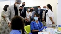 El conseller Argimon conversant amb dues infermeres que preparen vacunes contra la Covid-19 a Alcarràs, ahir al matí