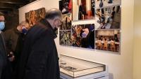 L'arquebisbe de Barcelona, Joan Josep Omella, en una exposició de Càritas