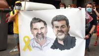 """Una pancarta amb la imatge dels """"Jordis"""" durant una protesta al davant de la delegació del govern espanyol a Barcelona"""