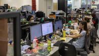 Periodistes de l''Apple Daily' treballant ahir a la redacció del diari, a Hong Kong