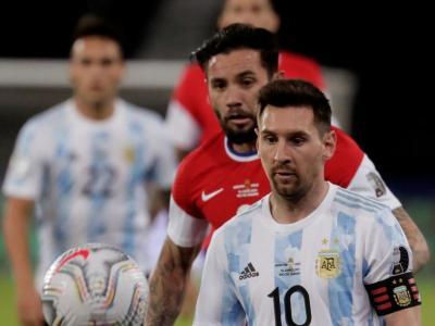 Messi controla una pilota davant la pressió d'Eugenio Mena