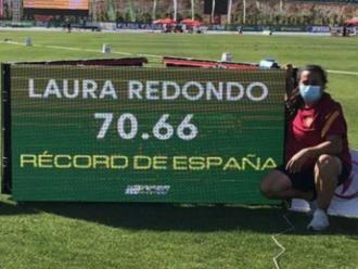Laura Redondo posa al costat de la nova plusmarca de martell a la Nucia