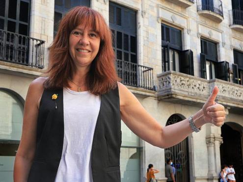 L'alcaldessa de Girona , amb un gest de confiança, a la plaça del Vi
