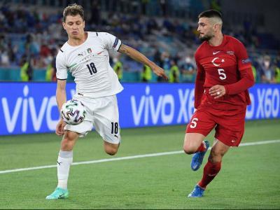 Barella controla una pilota en el debut contra Turquia