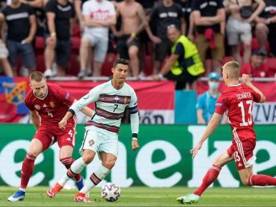 Cristiano Ronaldo controla davant l'oposició d'Attila Szalai