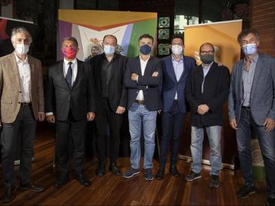 Joan Laporta, amb el director de TV3, Vicent Sanchis, i els pares del documental 'Messi, el desè art'