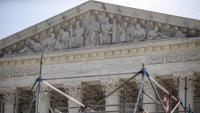 Detall de la façana del Tribunal Suprem dels EUA, a Washington