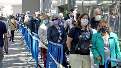 Gent fent cua en el punt de vacunació contra la Covid a Fira de Barcelona