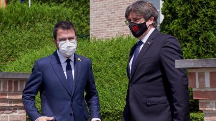 Pere Aragonès i Carles Puigdemont abans d'entrar a la reunió a Waterloo