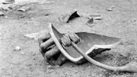 Les restes de la campana 'Assumpta', just després de caure del campanar de la catedral, a la plaça dels Apòstols, el 20 de juny del 1946. Al fons, soldats d'infanteria