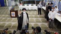 El candidat Ebrahim Raisi saluda els mitjans de comunicació després de votar ahir en les eleccions presidencials, a Teheran