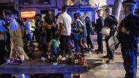 Les  restes de la festa damunt d'un banc en el moment en què la policia desallotjava ahir el Born