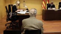L'acusat , d'esquena, durant la vista oral celebrada el maig passat a Girona