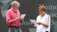Els actors Lluís Soler i Emma Vilarasau fent una lectura dramatitzada d'un text de Benet i Jornet durant el seu homenatge