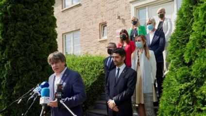 El president Carles Puigdemont, amb el vicepresident del govern, Jordi Puigneró, i la resta de consellers de JxCat a Waterloo