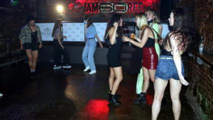 L'ús de la mascareta a la pista de ball de locals com ara el Jamboree va ser desigual, com es pot veure en aquesta imatge de la primera nit de reobertura