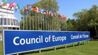 El cartell on es llegeix 'Consell d'Europa', davant la seu de la institució, a Estrasburg