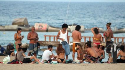 Grup`de gent a la platja de la Barceloneta