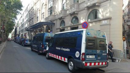 Diverses furgonetes dels Mossos d'Esquadra davant el Liceu