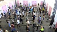Persones fent cua al punt de vacunació de Fira de Barcelona